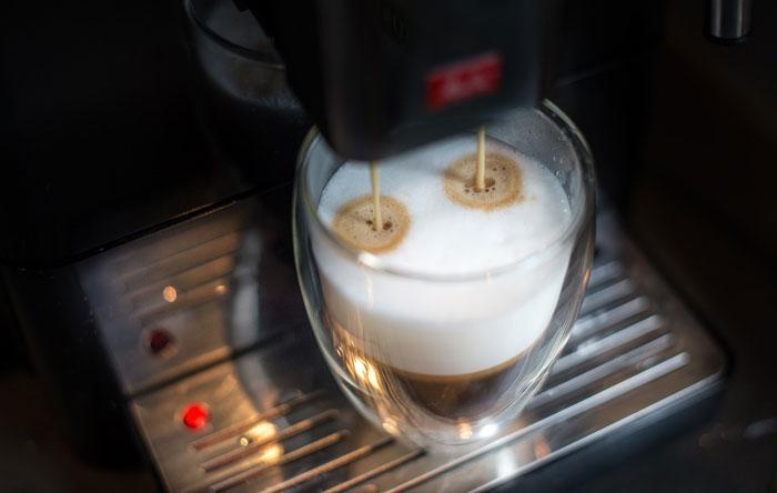 smart koffiemachine met slimme speaker verbonden via wifi